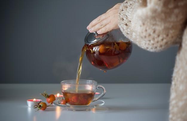 Чай из шиповника на белом столе на кухне