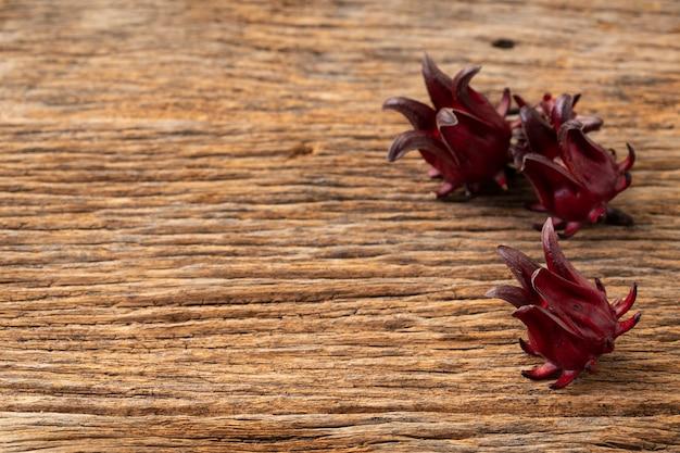 新鮮なローゼル果実と木製のテーブルアジアレシピのローゼルクリアガラス