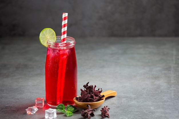 すぐに飲めるグラスに入ったローゼルジュース