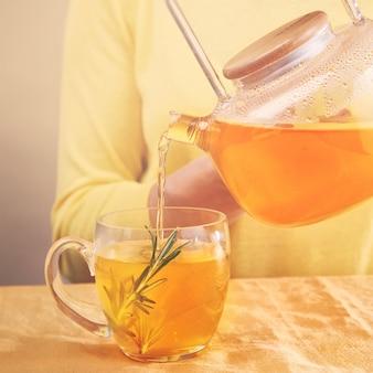 심황과 로즈마리 안티 바이러스 음료 비타민 음료