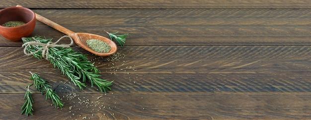 로즈마리는 말린 허브와 씨앗이 있는 나무 판자에 묶였습니다.