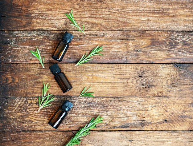 Эфирное масло розмарина на деревянном столе