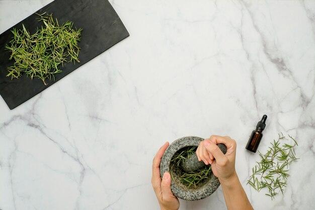 Трава розмарина на мраморном столе