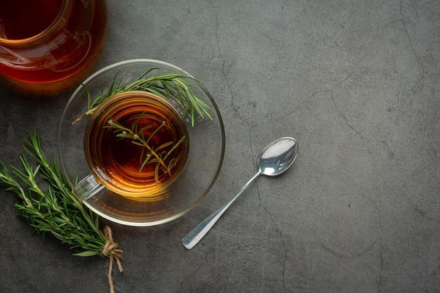 Горячий чай с розмарином в чашке, готовой к употреблению