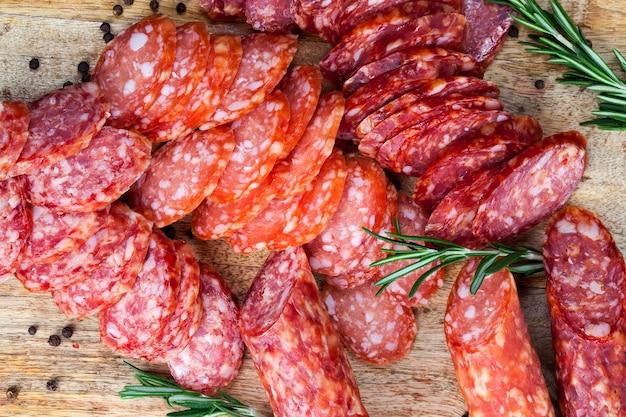 로즈마리 장식, 향신료 및 말린 돼지 고기 절임, 공업 적으로 만든 제품 프리미엄 사진