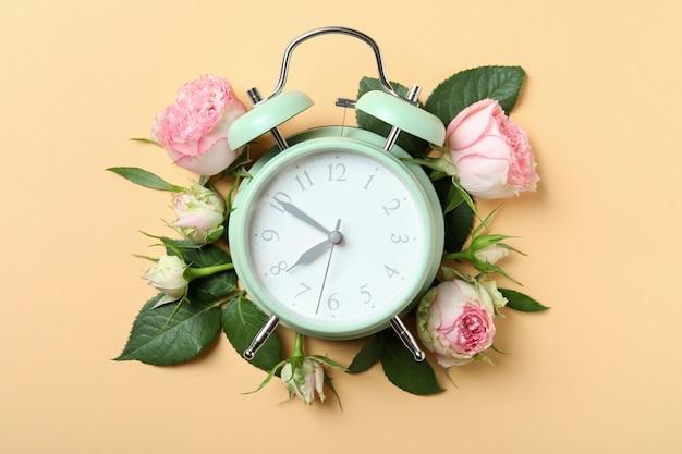 ベージュのバラと目覚まし時計