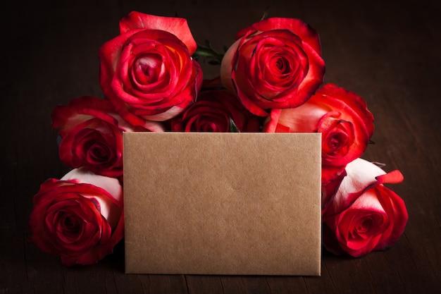 테이블에 장미와 빈 공예 카드