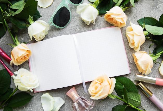 Розы и косметика на старый деревянный стол