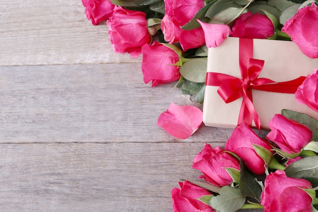 Розы и подарочная коробка на день святого валентина