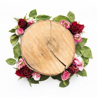 Розы и листья вокруг пня