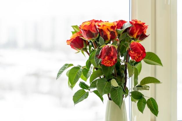 장미는 노란색과 빨간색입니다. 꽃의 아름다운 꽃다발.