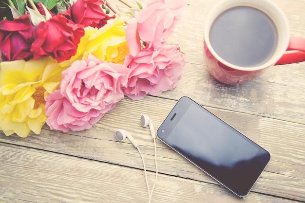バラ、コーヒー、電話