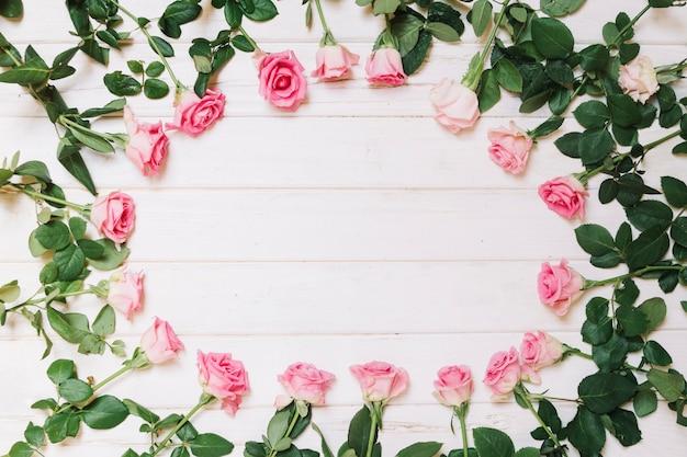 木製のテーブルの丸いバラ