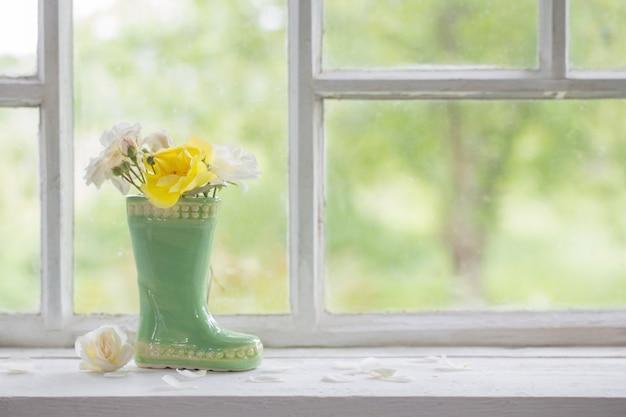 창틀에 꽃병에 장미 프리미엄 사진