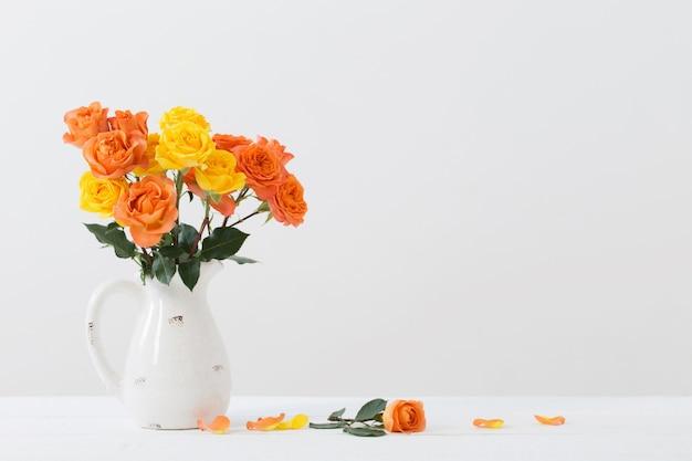 白い水差しのバラ