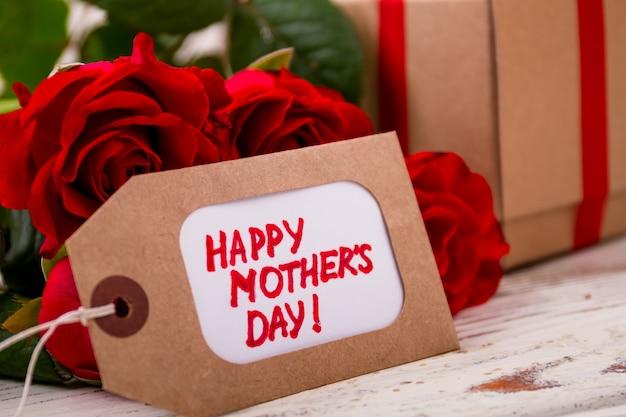 母の日の近くのバラは花にタグを付け、プレゼントを作る際に木の創意工夫にプレゼントします