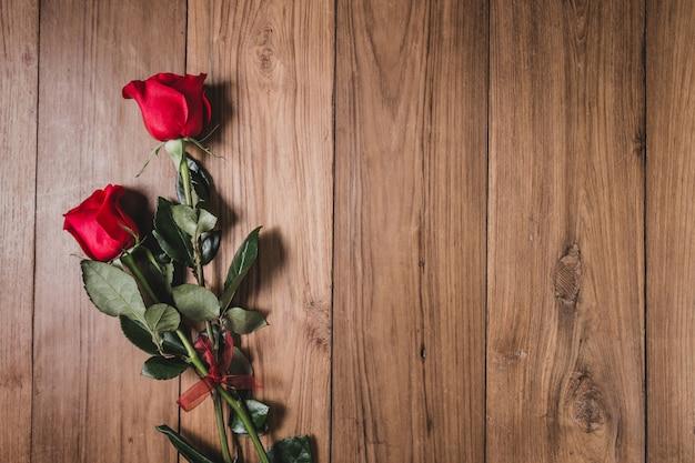 木製のテーブルの上にバラ