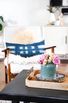 木製のテーブルの上のバラ