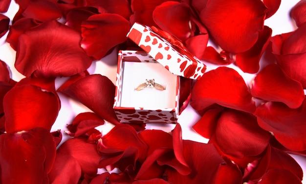 반지와 장미 꽃잎