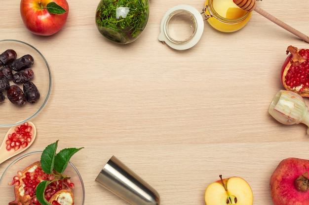 蜂蜜、ザクロ、リンゴ、木の板に日付。ユダヤ人の新年rosh hashanaお祝い