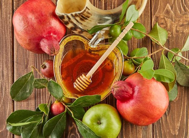 Рош ха-шана - концепция праздника еврейского нового года. чаша в виде яблока с медом, гранатом, шофаром - традиционные символы праздника.