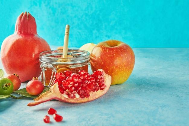 Рош ха-шана с банкой меда и свежими яблоками с зернами граната