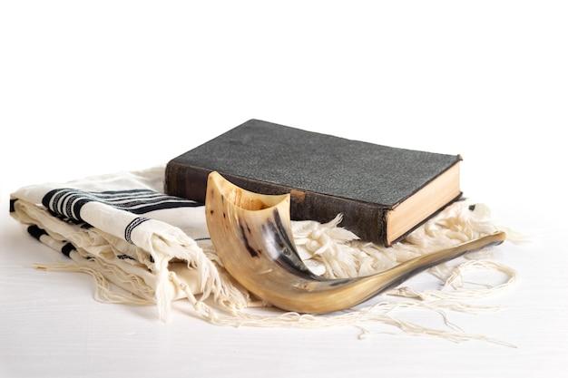 로쉬 하샤나. 욤 키푸르. tallit, shofar, 흰색 배경에 율법. 외딴