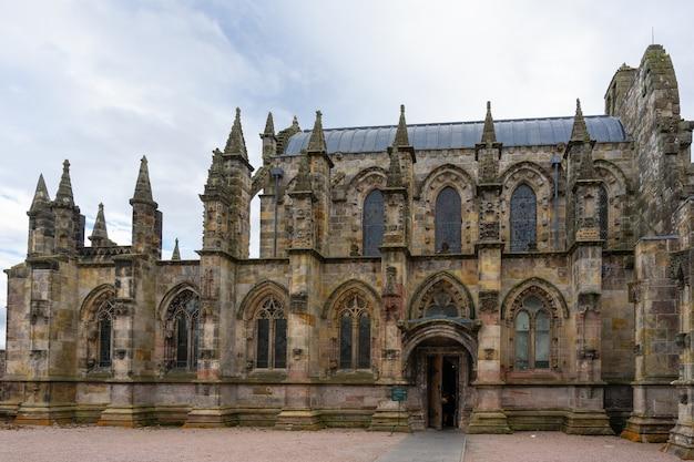 曇りの日にロスリン礼拝堂。