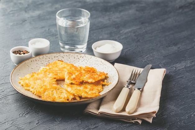 フライドポテトのパンケーキ -  rosti、kartoffelpuffer、latkes、draniki、hash browns