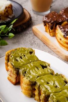 ロティバカールバンドンまたはバンドンパントーストはバンドンの人気の屋台の食べ物です