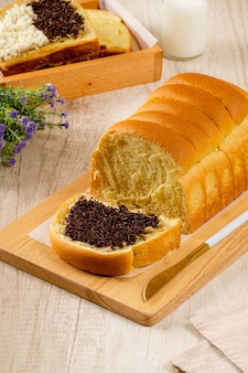 Roti sisir 또는 homemade sweet soft pull over bread roti sisir는 전통적인 빵입니다.