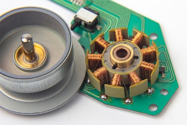 작은 전기 모터의 회 전자를 닫습니다.