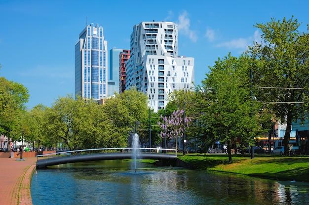 モダンな家々のあるロッテルダムの街並み