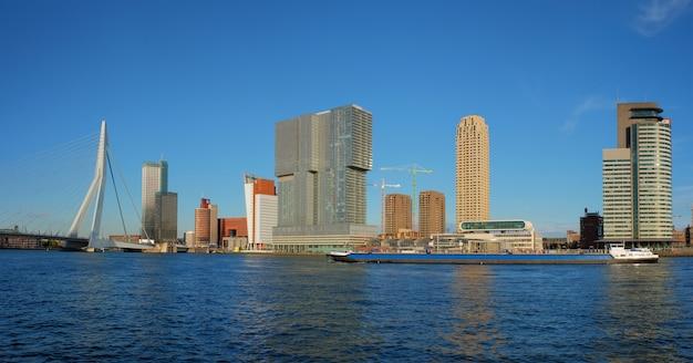 ロッテルダムの高層ビルのスカイラインとエラスムス橋がニューウェマース川ロッテルダムに架かる