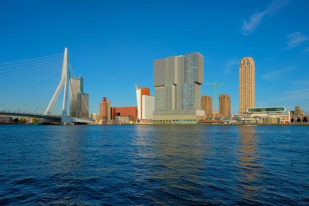 ロッテルダムの高層ビルのスカイラインとエラスムス橋がニューウェマース川のロッテルダムに架かる
