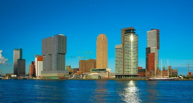 ニューウェマース川ロッテルダムのロッテルダム高層ビルのスカイラインビュー