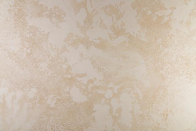 セメント壁の粗い外観と汚れ