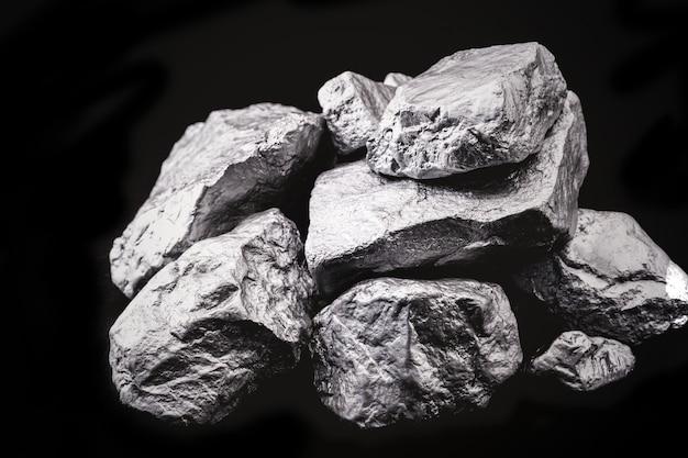 아프리카에서 추출한 거친 코발트 석. 무거운 채굴.
