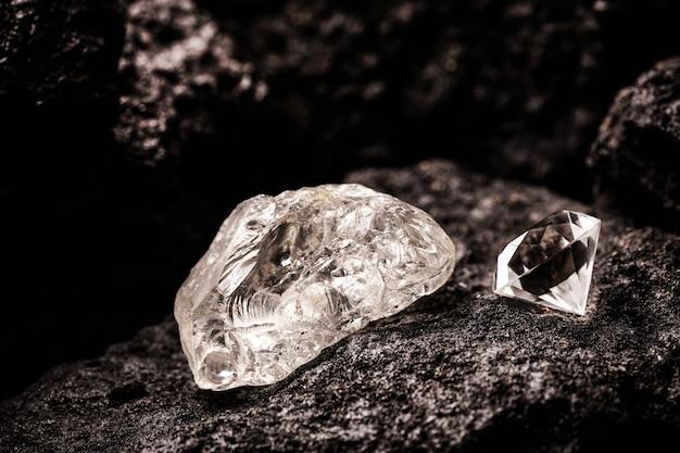탄광의 거친 다이아몬드와 컷 다이아몬드, 채광 개념 및 희귀 한 보석