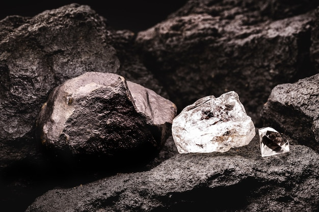 컷 다이아몬드 옆에 거친 다이아몬드와 탄광의 석탄 석.