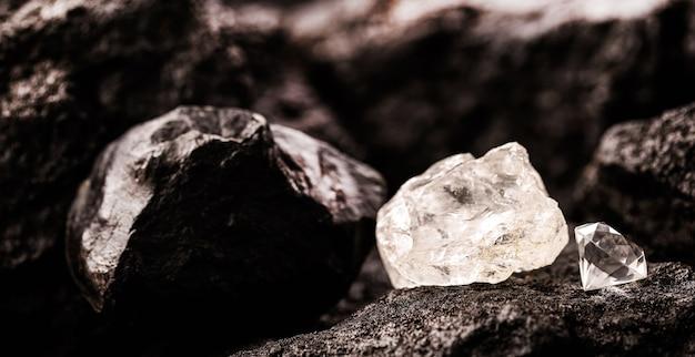 절단 된 다이아몬드 옆에있는 거친 다이아몬드, 탄광에서 채광 및 광물 추출 개념