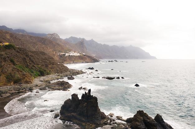 テネリフェ島北部の荒い岩の崖。カナリア諸島の美しいベニホビーチ。岩、火山岩、大西洋