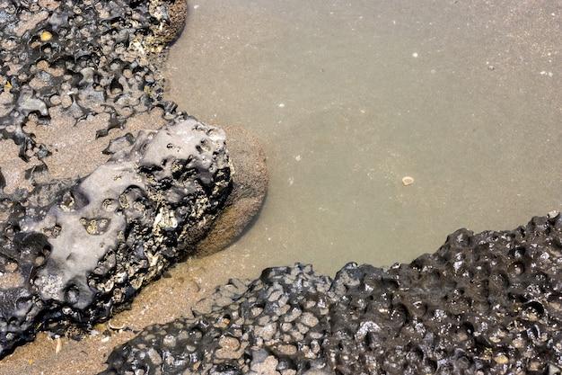 해변 근처의 거친 돌 가까이 보기
