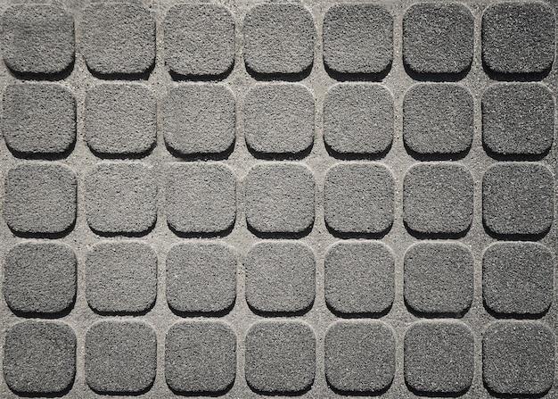 모자이크 콘크리트 타일로 장식된 거친 표면. 어두운 배경