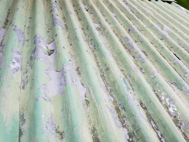 Примерно зеленая рифленая кровля из цинкового сплава.