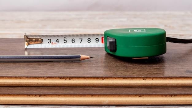 茶色のボードにルーレットとシンプルな鉛筆