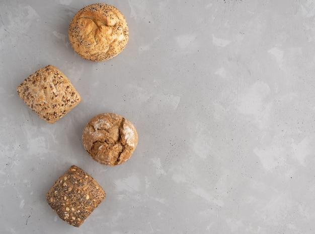 Круглая и квадратная рожь, цельнозерновые булочки с рассыпанными семенами