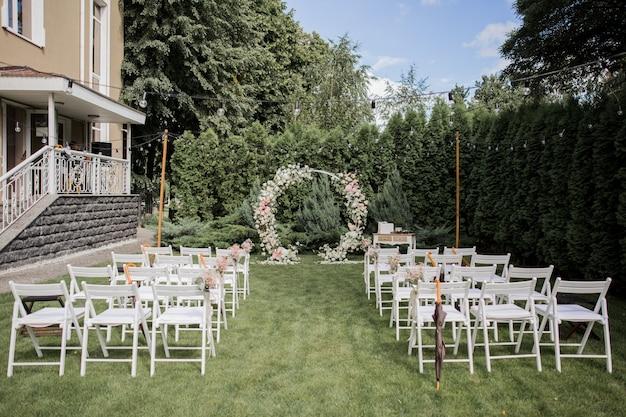 花の結婚式のための丸いアーチ