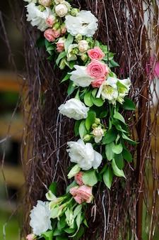Круглая арка из деревянных веток, украшенная множеством пионов и роз. весенняя свадебная флористика в белых и розовых тонах, деревенский стиль