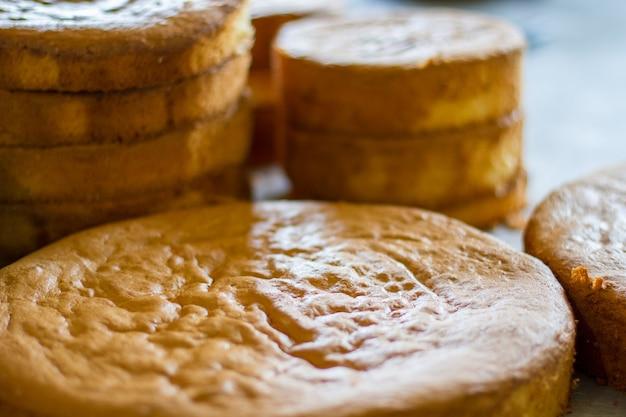 둥근 구운 케이크. 밝은 색상의 조리된 반죽. 아침 식사로 간단한 파이를 만드십시오. 계란, 밀가루, 설탕.
